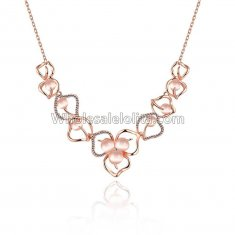Fashionable Rose Gold Necklace with Leaf Pendant for Versatile Occasions