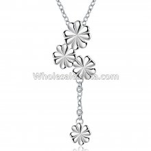 Fashionable Platinum Necklace with Four Flowers Pendant for Versatile Occasions